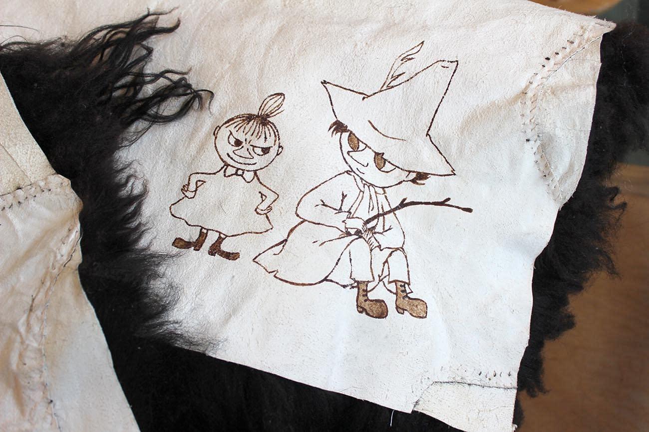 Tegning av lille my og snusmumrikken pa skinnfell
