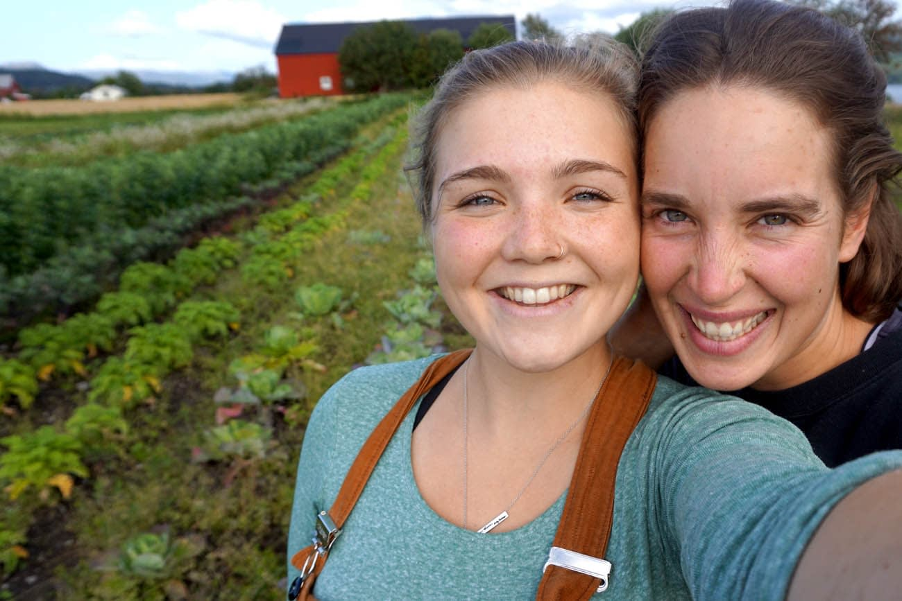 Glade jenter smiler til kameraet i gronnsaksakeren på Fosen Folkehogskoles gard