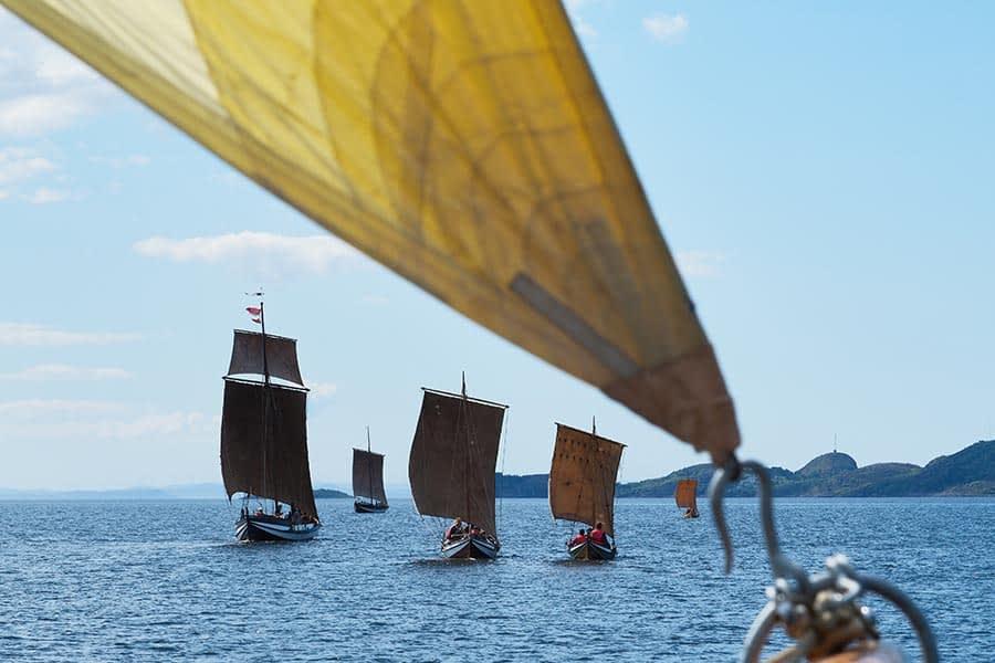 Fosen Folkehøgskole på seiltur med fem trebåter